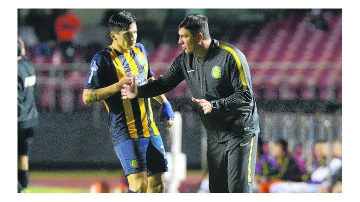 Indicaciones. El entrenador interino auriazul dialoga con el chileno Parot.