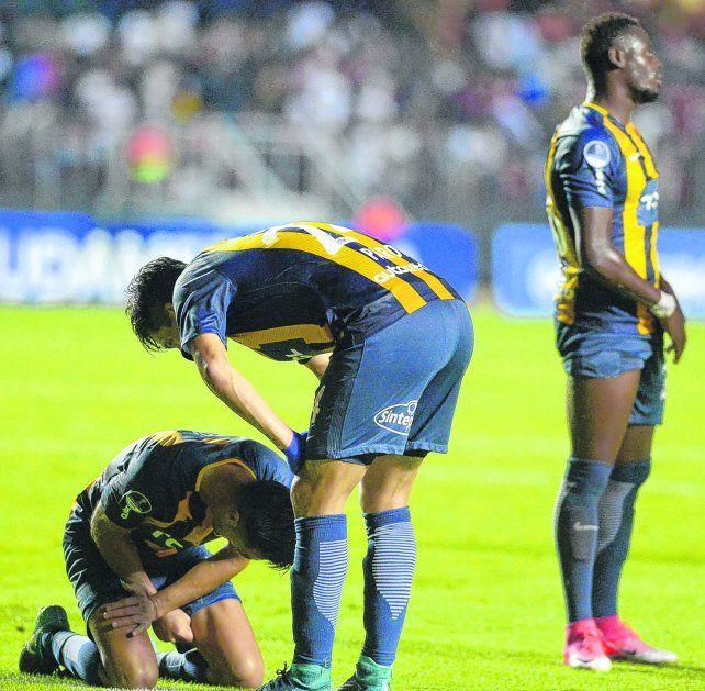 Tristeza. Camacho sufre la eliminación en el Morumbí y Parot trata de consolarlo. El equipo canalla estuvo a la altura del partido pero no pudo.