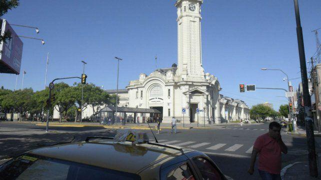 Un video filmado en la terminal reabrió el debate por las paradas de taxis.
