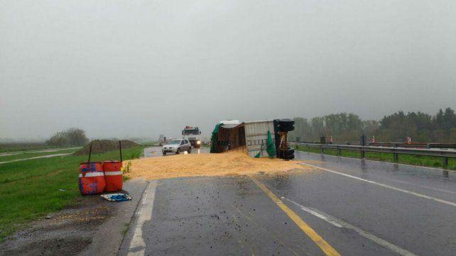 Uno de los camiones derramó el cereal que transportaba.