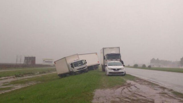 Uno de los camiones que se despistó esta mañana en la autopista a Córdoba.