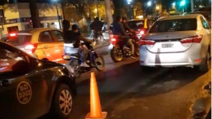 El video de un gran grupo de motociclistas que fue denunciado por robar a transeúntes
