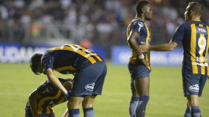 La desazón del resultado. Marco Ruben consuela a Cabezas.