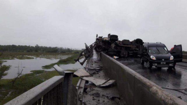 Un camión cayó al vacío desde el puente Rosario - Víctoria