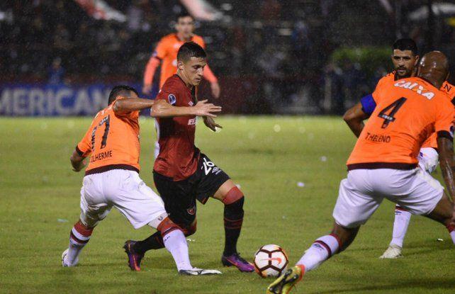 Newells le ganó a Paranaense por 2 a 1 y se despidió de la Sudamericana con la frente en alto