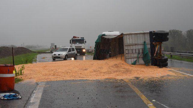 Tumbado. En camión con cereal quedó en medio del asfalto.