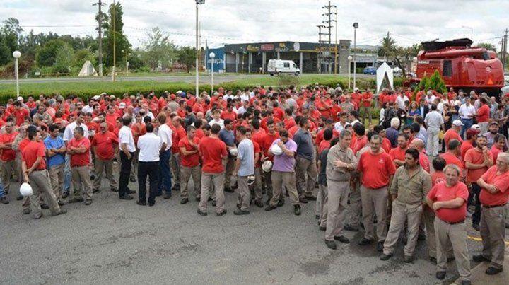 En conflicto. Los empleados de la fábrica continúan con la toma de la planta para custodiar los bienes que permanecen dentro de las instalaciones
