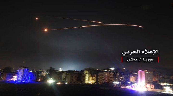 Bajo fuego. Las estelas de los misiles de la defensa aérea siria surcan el cielo de Damasco.