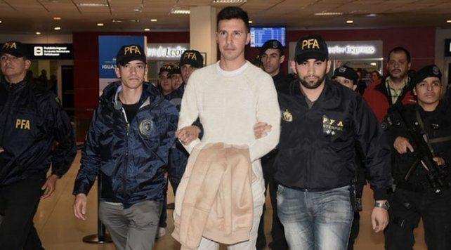 Jonathan Fabbro llegó a la Argentina escoltado por agentes de la Policía Federal.