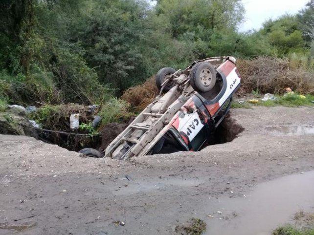 Una camioneta policial fue tragada por un camino rural