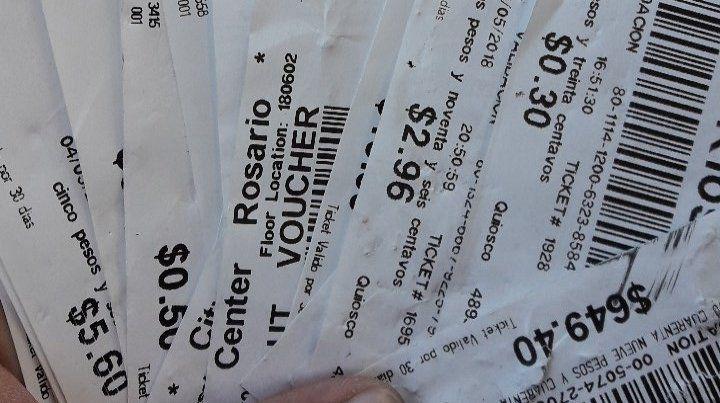 Los tickets se cayeron de un camión en Perón al 7700. (foto: @wxlter_av)