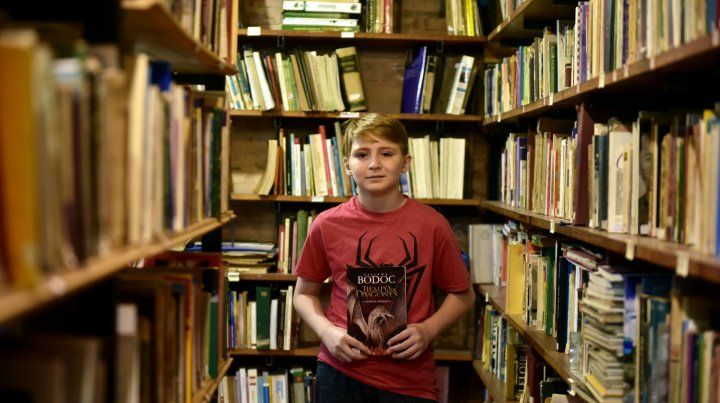 Joshua disfruta de la saga de Rick Riordan y los cuentos de Liliana Bodoc.