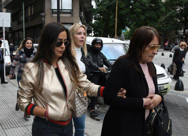 Juzgado. Larissa Riquelme sale junto a la madre del jugador
