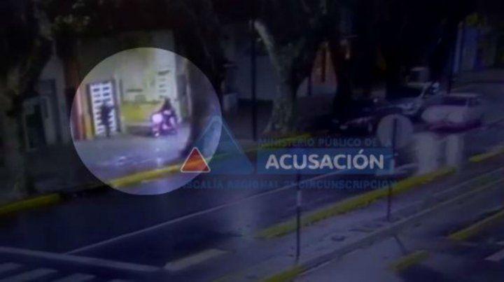 Captura de pantalla. El momento en que un policía detiene al extorsionador.