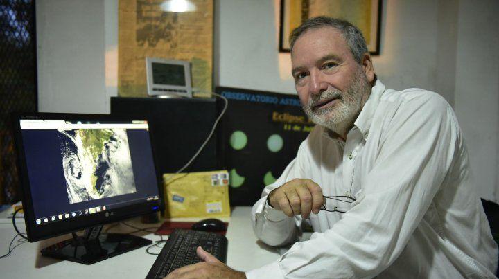 Siempre atento. El meteorólogo Monjelat dice que no puede pasar un solo día sin chequear información.