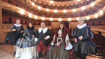 De época. La obra toma elementos del Siglo de Oro Español con un vestuario renacentista.