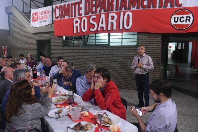 Cena y discurso. El mendocino Cornejo respaldó las recientes medidas del gobierno nacional.