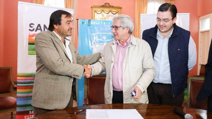 In situ. Leone (izquierda) durante la firma del contrato en Casilda.