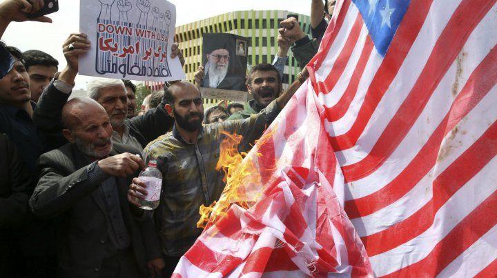 Ira. Iraníes queman una bandera estadounidense en repudio a las sanciones.