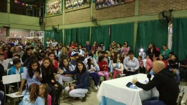 Con los chicos. El Zurdo charló con los estudiantes de la escuela Granaderos a Caballo de Casilda y respondió todas las preguntas que le realizaron a pocos días del Mundial.