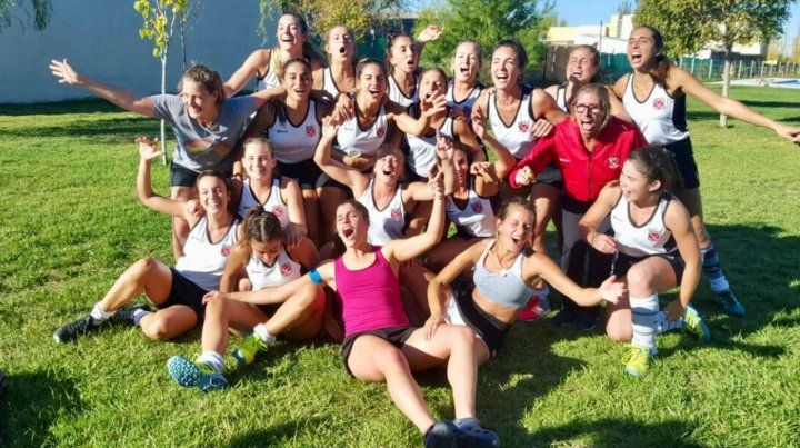 ¡Qué festejo! El seleccionado femenino de Litoral celebra el ascenso en Mendoza.