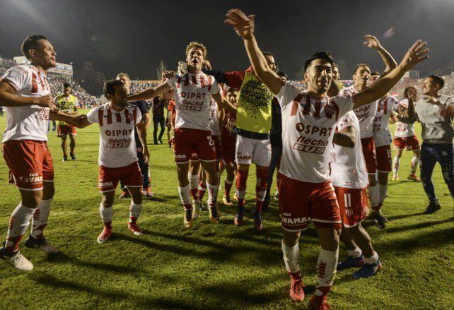 Un grito sudamericano. Los futbolistas tatengues festejan la clasificación.