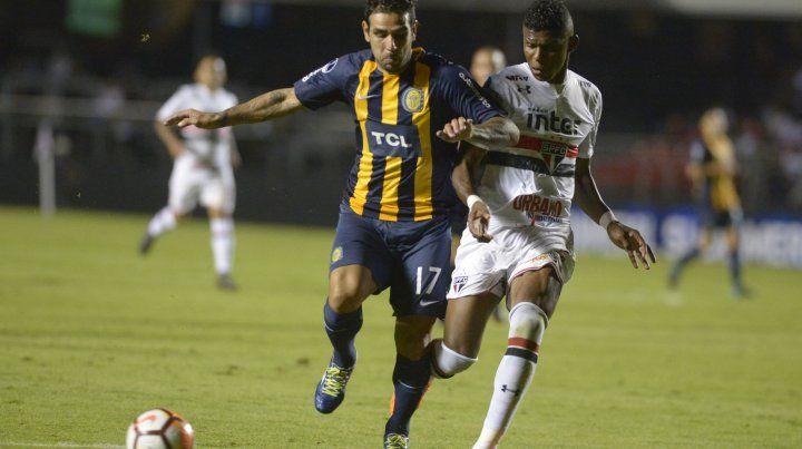 Herrera pelea con un defensor de San Pablo. El Chaqueño regresa a la titularidad mañana ante Estudiantes.