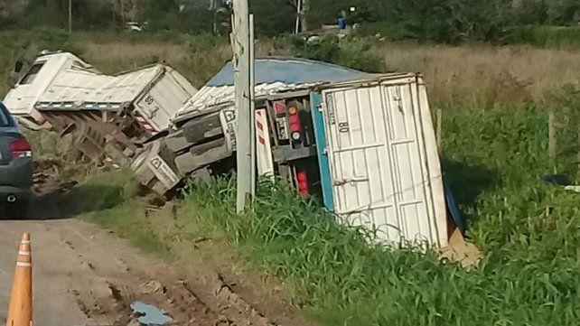 Tumbado. Así quedó el camión que conducía el hombre fallecido en Ibarlucea.