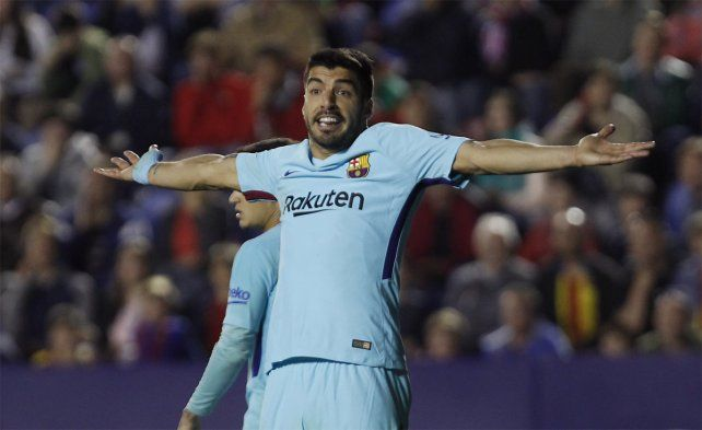 <b>Solitario. </b>Suárez anotó de penal pero no alcanzó para evitar la primera derrota por Liga.