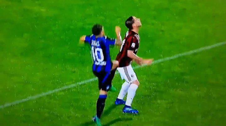 El momento. Papu Gómez salta a disputar la pelota y golpea a Biglia