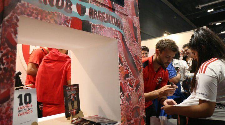 Autógrafos. Sills y otros jugadores del plantel leproso visitaron el stand rojinegro.