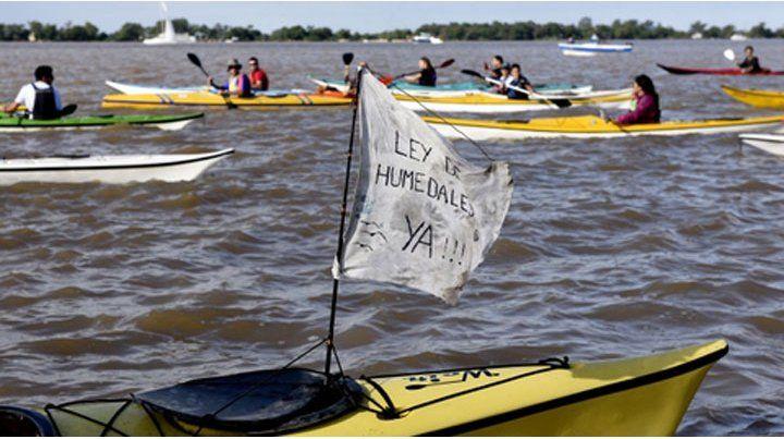 Varias escuelas de kayak protagonizaron un abrazo para pedir que se debata la postergada ley.