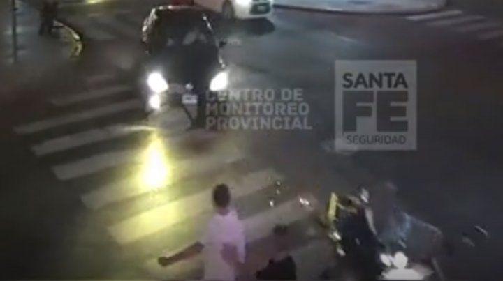 El impactante video del choque entre una moto y un auto en Oroño y Córdoba
