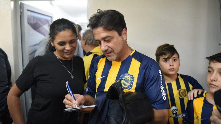 Arturito en el Gigante. El actor Enrique Arce se calzó la camiseta de Central y visitó Arroyito.