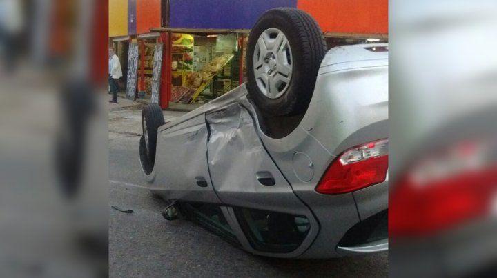 Un auto volcó tras impresionante choque en Valparaíso y Santa Fe