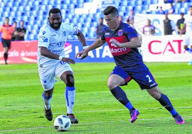 El subcampeón. Santiago García y Carlos Rodríguez pelean por la pelota en el partido que Godoy Cruz venció a Tigre por 2 a 0.