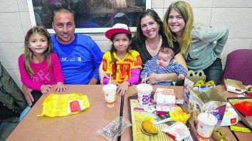 Almorzando con los Sola. Anita en la falda de Luciano, el papá de Morena (al medio), la ganadora. La mamá María Gianina, con Ignacio en brazos, y Valentina.