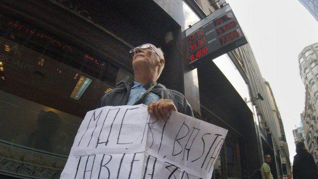 Un solitario manifestante contra el tarifazo en la city porteña.