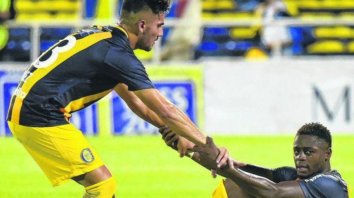 A levantarse. El debutante Nicolás Giménez ayuda a Cabezas. Una postal de lo que fue el torneo para Central.