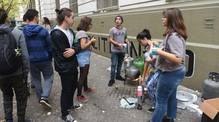 Queja. Estudiantes armaron una olla popular en Ayacucho y Pellegrini.