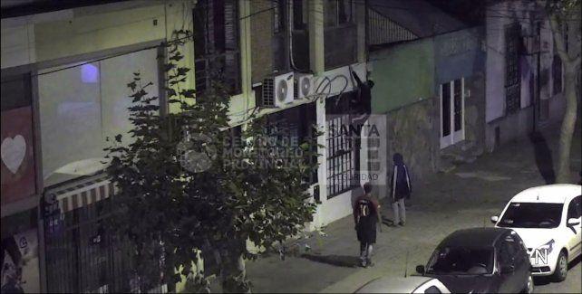 Uno de los chicos trepa hacia el balcón. Un instante después desistirá y será detenido con sus cómplices.