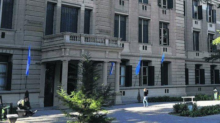 la plata. La adolescente se suicidó en el Colegio Nacional.