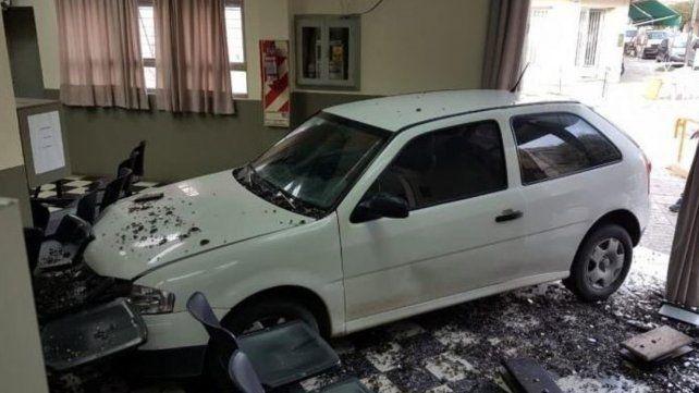 Como protesta por cortes de luz, una mujer incrustó su auto en oficinas de la empresa