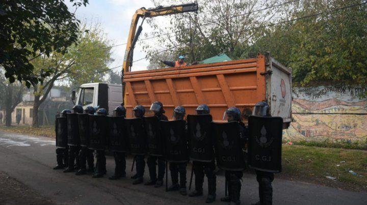 Tensión en el barrio República de La Sexta durante el traslado de doce familias