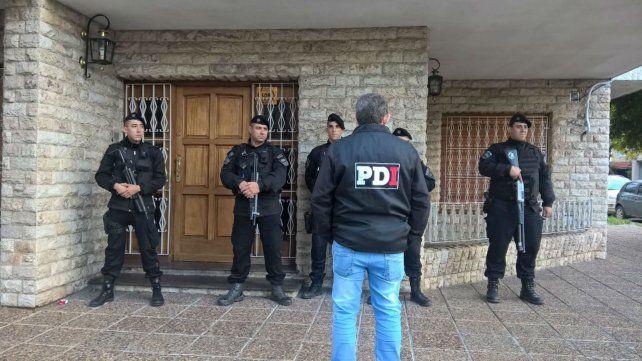 La Policía de Investigaciones en Constitución y Montevideo, uno de los inmuebles allanados.