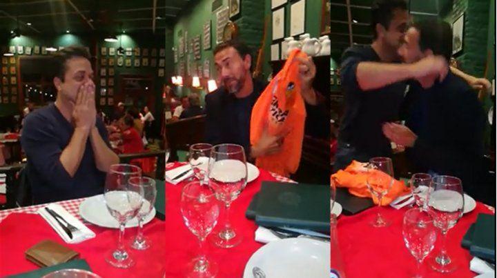 El Kily sorprendió a Arturito y le regaló una camiseta que vistió en Valencia