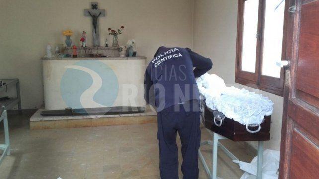 Hallan el cadáver de una mujer fuera del ataúd en el cementerio