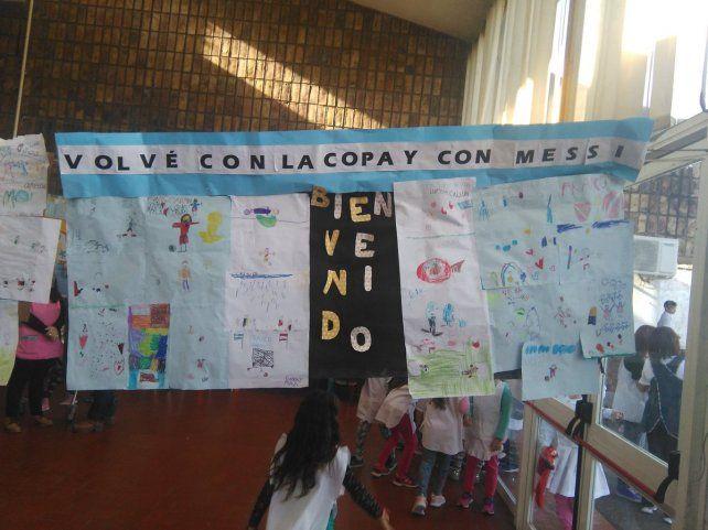 <b>El pedido.</b> Los chicos le dedicaron un cartel a Armani pensando en el Mundial.