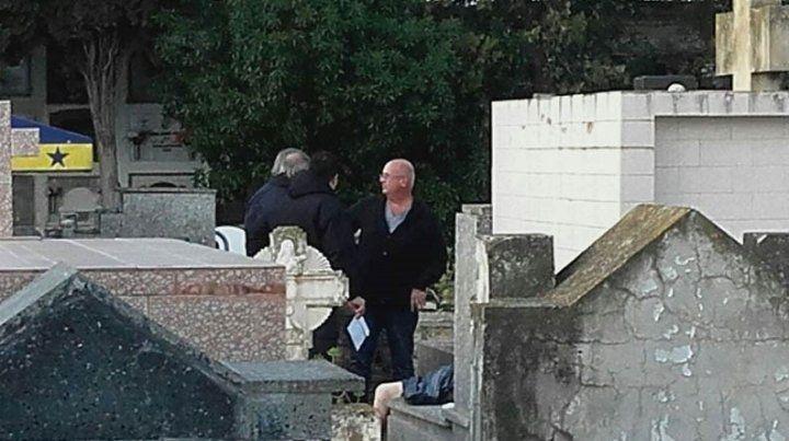 En un cementerio, hallan el cadáver de una mujer fuera del ataúd