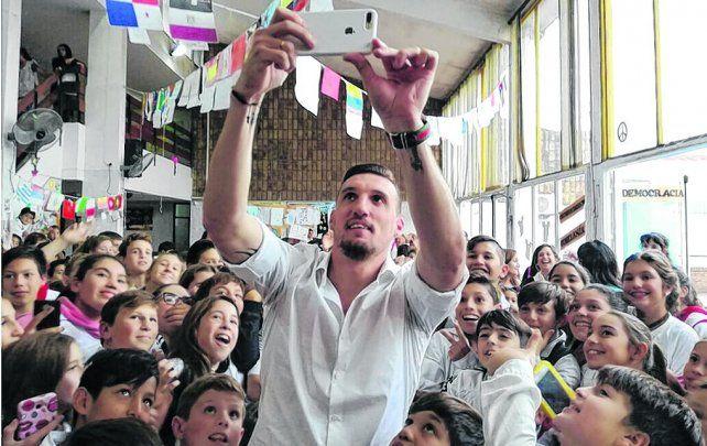 Recuerdo. El arquero de River Plate disfrutó como nunca en la escuela donde hizo la primaria y se sacó una foto con los chicos.